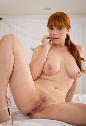 Natural ginger masseuse waits for the customer stripping on the massage table